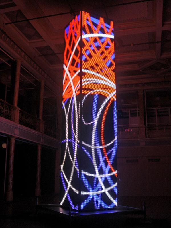 Der LED-Turm in voller Pracht, alles erstrahlt